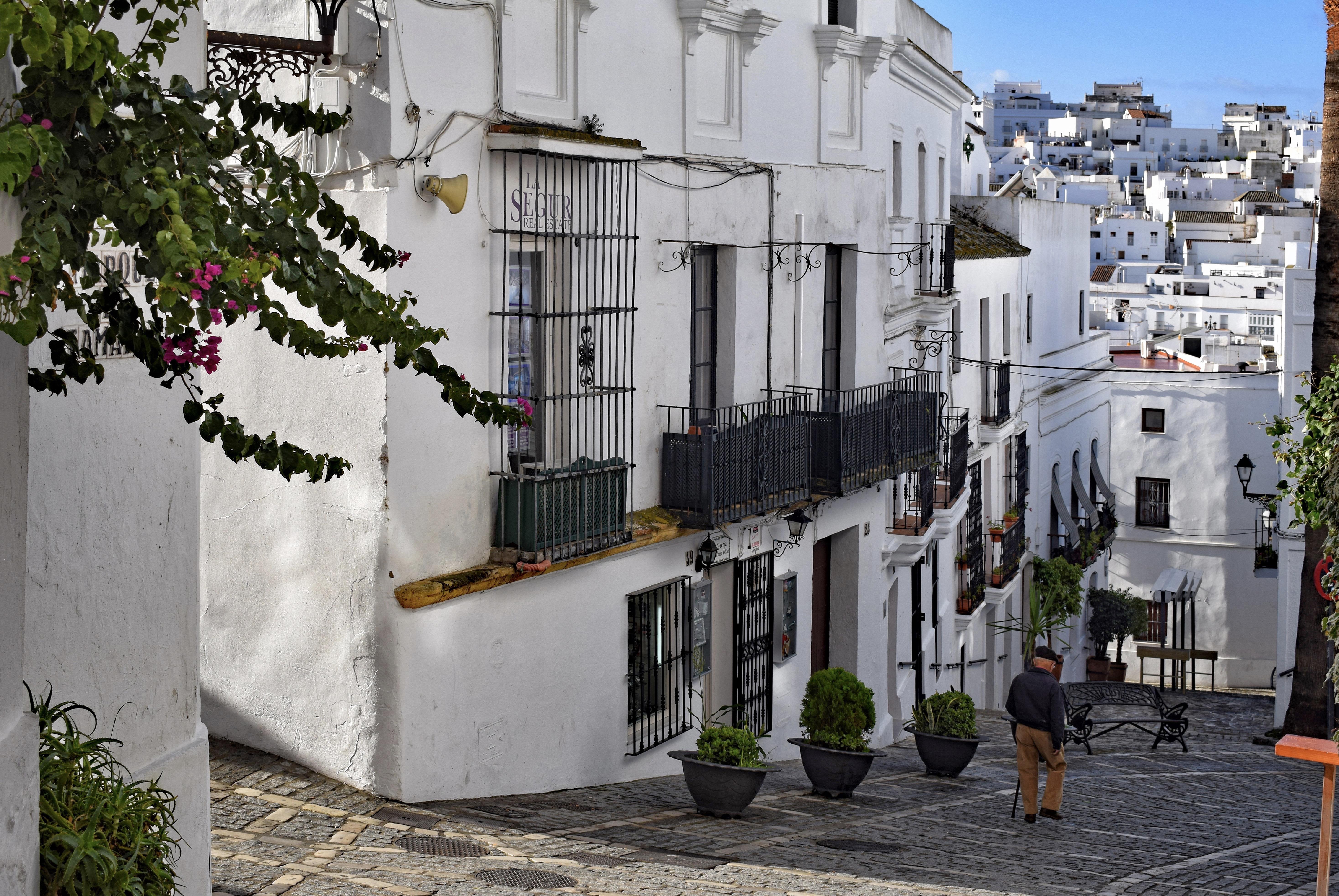 calles de veger de la Frontera, en Andalucía, donde todas las casas son blancas y los suelos empedrados