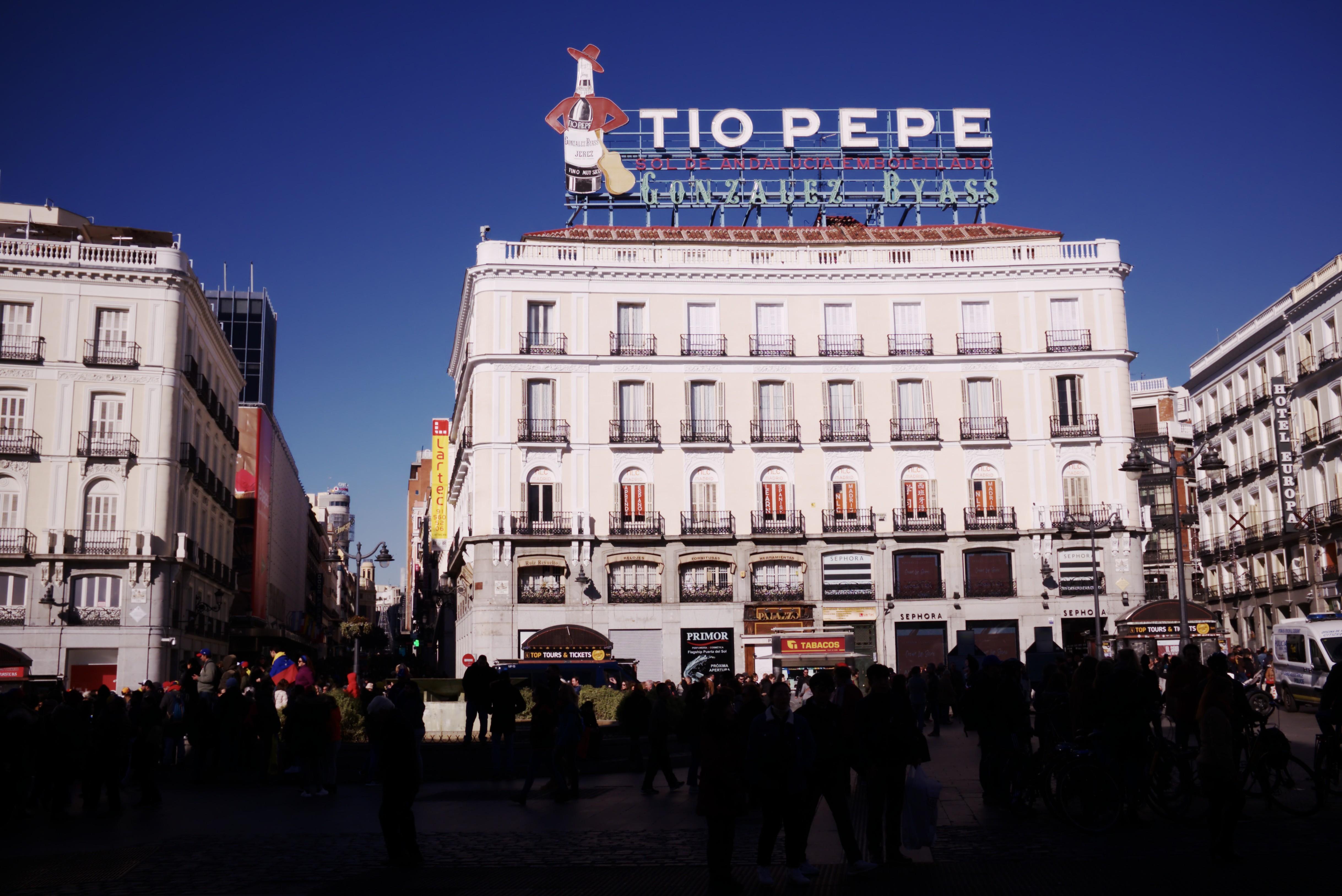 El famoso cartel del tio pepe que se encuentra en la ciudad de madrid, un día soleado y con mucha gente